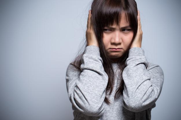 Donna arrabbiata che copre le orecchie