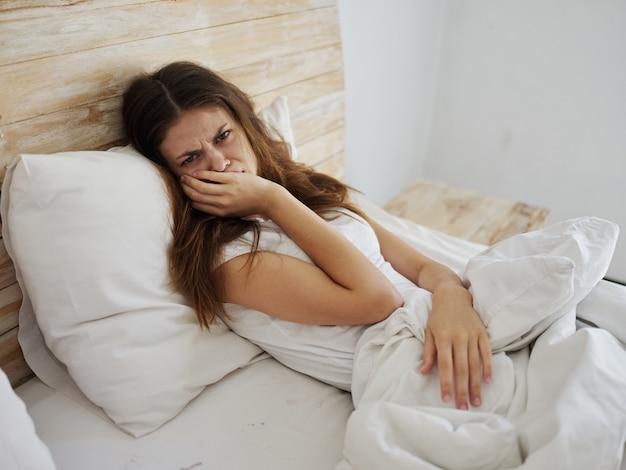 Donna arrabbiata che si trova sul primo piano di problemi di salute del letto