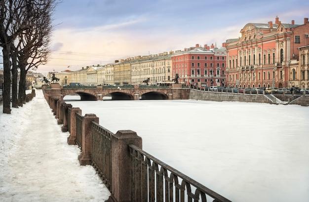 Ponte anichkov a san pietroburgo sulla fontanka