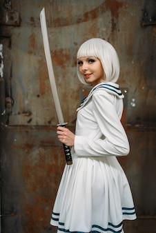 Signora bionda in stile anime con la spada