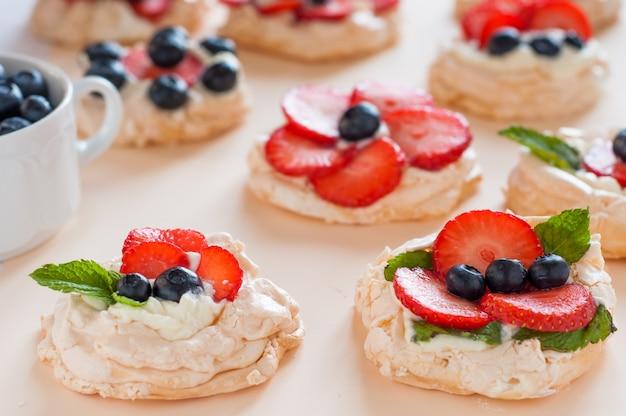 Torta anna pavlova con fragole, mirtilli e crema di formaggio