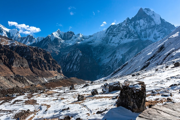 Vista del campo base dell'annapurna della montagna di machapuchre