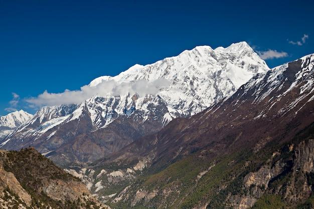 Montagna di annapurna coperta di neve