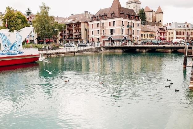 Baia del canale dell'acqua del lago di annecy con vista delle anatre al porticciolo dalla città di annecy. foto di alta qualità