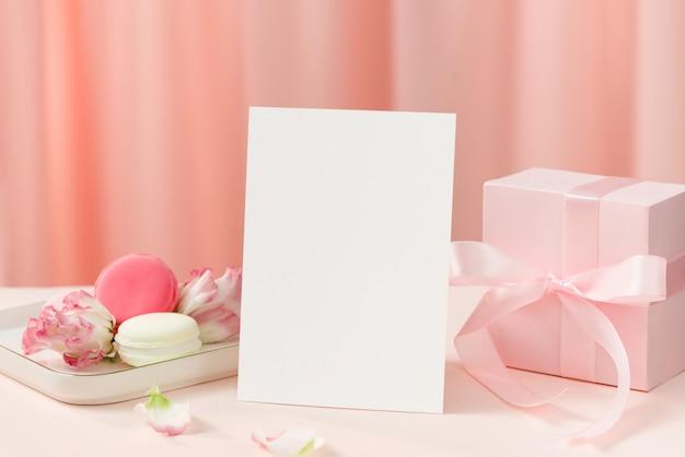Anniversario, festa della mamma o concetto di festa della donna con torta e regalo