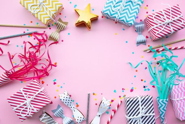 Festa di anniversario laici piatta con elemento colorato, confezione regalo presente.