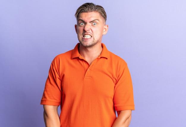Uomo bello biondo infastidito che sembra arrabbiato