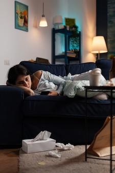 Donna infastidita, depressa, frustrata e solitaria che guarda la notifica per il documento di fattura non pagato ricevuto sullo smartphone. donna delusa, ansiosa e disperata che legge le bollette di una banca virtuale
