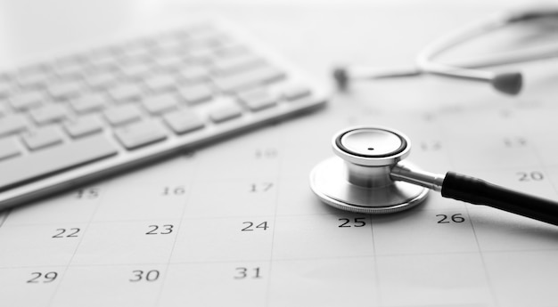 Concetto di controllo annuale. stetoscopio sul calendario