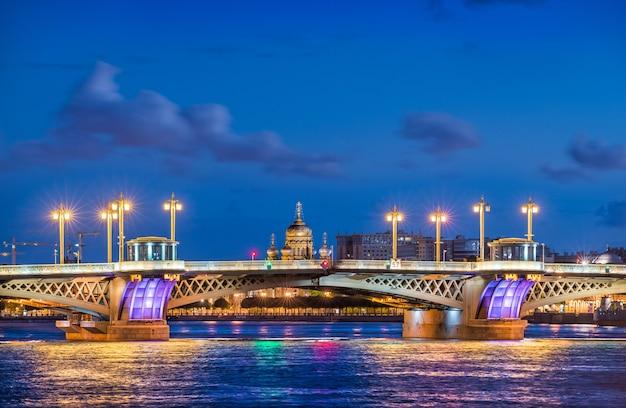 Il ponte dell'annunciazione a san pietroburgo e la cattedrale dell'assunzione sulle rive della neva in una notte d'estate blu
