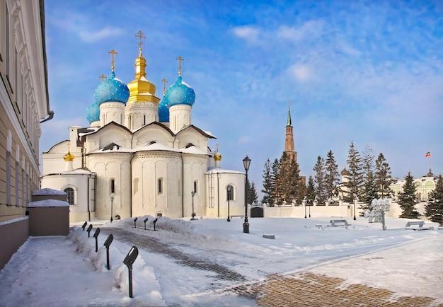Chiesa ortodossa dell'annunciazione al cremlino di kazan in una soleggiata giornata invernale
