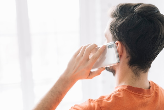 Uomo anonimo che parla al telefono