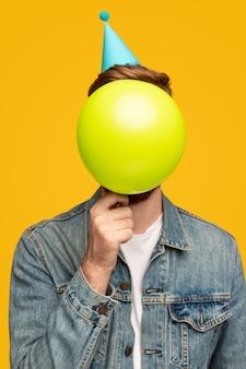 Uomo anonimo con palloncino di compleanno