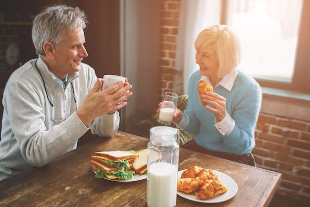 Un'altra foto di persone anziane della natura sedute in cucina