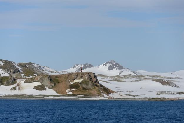 Spiaggia antartica con neve e marchio di navigazione