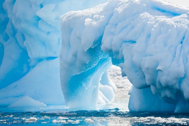 Ghiacciaio antartico nella neve. bellissimo sfondo invernale