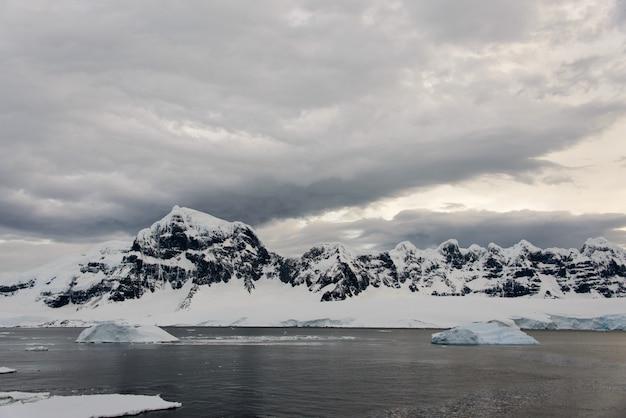 Paesaggio antartico con ghiacciaio e montagne