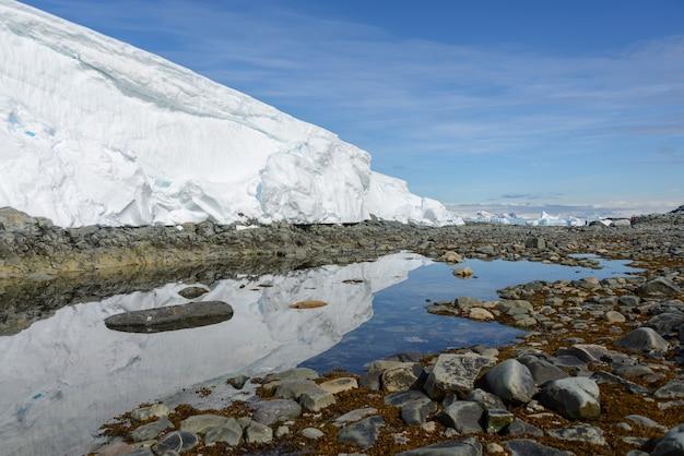 Paesaggio antartico con ghiacciaio e riflesso