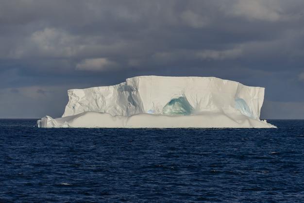 Vista sul mare antartica tabulare con iceberg