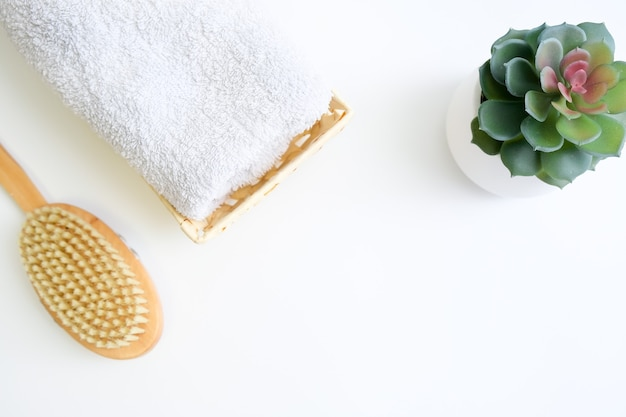 Concetto di massaggio con spazzola a secco anticellulite, accessori per la cura del corpo e auto massaggio con spazio di copia.