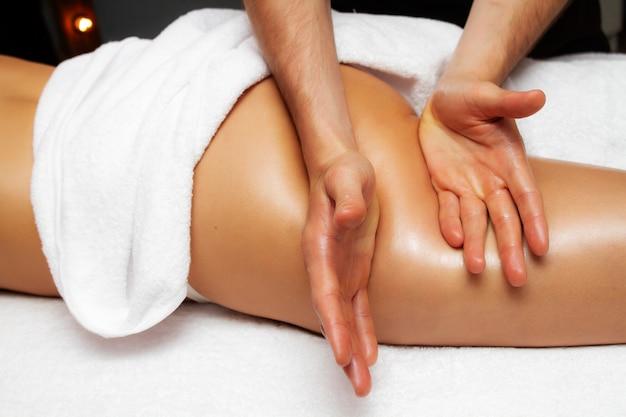 Foto ravvicinata del massaggio anticellulite delle cosce.