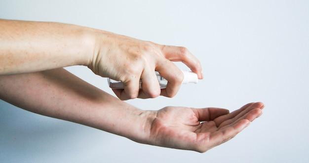 Un gel antibatterico per la protezione contro batteri o virus e coronavirus su uno sfondo bianco