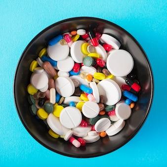 Sfondo antibiotico ciotola blu capsule malattie dosaggio droga salute sanità malattia medico farmaco medicina antidolorifici paracetamolo farmacia farmaceutica