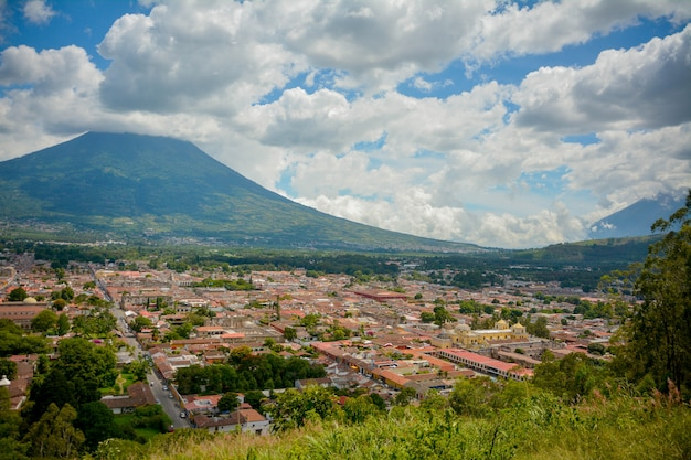 Vista dell'antigua guatemala, vulcano come sfondo.