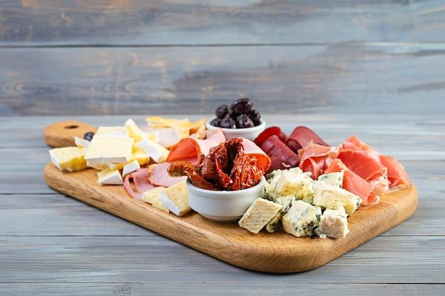 Tagliere di antipasti con prosciutto, formaggio e olive