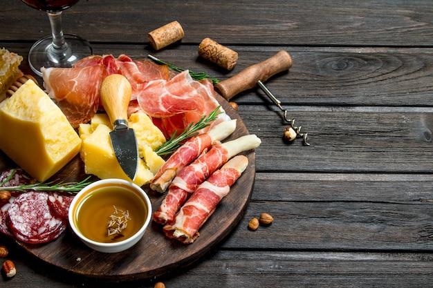 Superficie antipasto.tavolo con stuzzichini della tradizione italiana. su una superficie di legno.