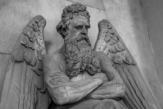 Antica statua di angelo (monumento realizzato nel 1820, marmo) in un cimitero cattolico cristiano - italia