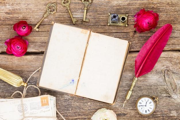 Libro aperto in bianco antico, vista dall'alto