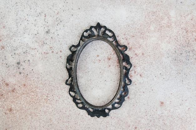 Bronzo antico cornice vuota su sfondo di cemento. puntelli fotografici e copia spazio per il testo.