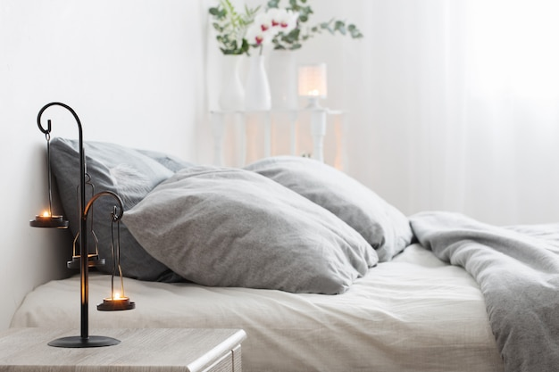 Candeliere antico con candele accese in camera da letto