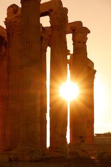 Colonne antiche ad atene alla luce del sole, grecia