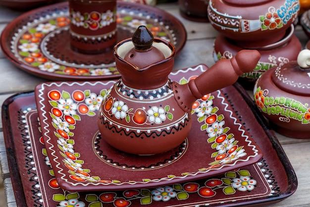 Terracotta antica con un bellissimo motivo floreale su un tavolo di legno