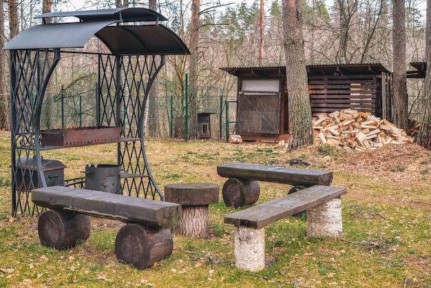 Antico braciere in metallo realizzato in ferro battuto