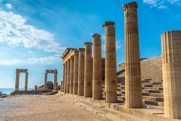 Antichi pilastri di una bellissima acropoli di lindos sull'isola di rodi, grecia