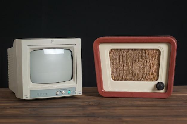 Apparecchiature radio antiche su un tavolo di legno su sfondo nero. set di apparecchiature radio antiche.