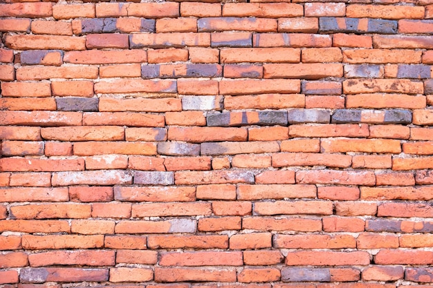Antico muro di mattoni rossi