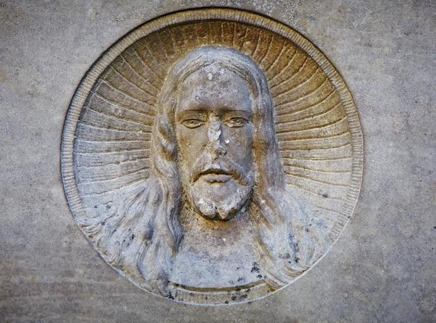 Antica statua della sofferenza di gesù cristo