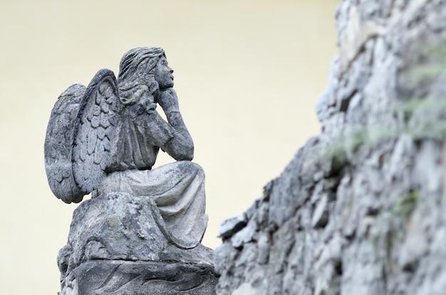 Antica scultura in pietra di un angelo