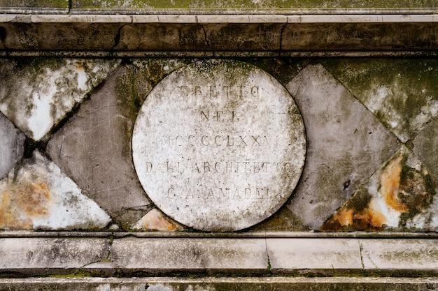 Antico muro in pietra con la scritta eretto nel mcccclxxv dall architetto ca amadel su gray