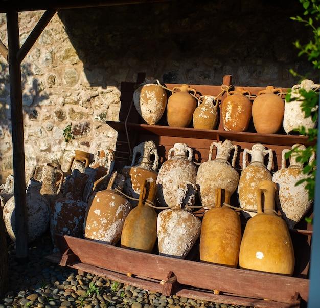 Antiche brocche vintage giacciono per strada in turchia