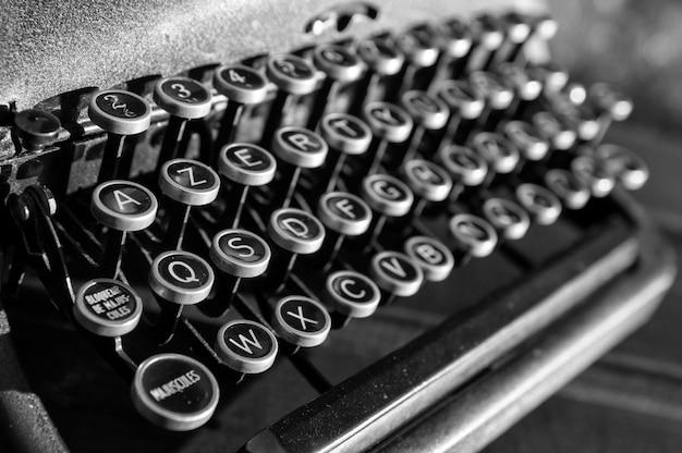 Vecchia macchina da scrivere d'epoca d'epoca primo piano sfondo