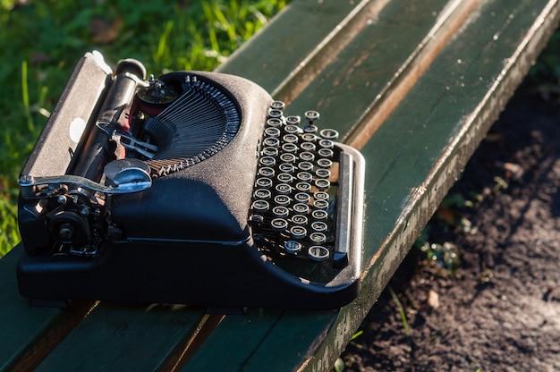 Antica macchina da scrivere vintage in autunno sfondo