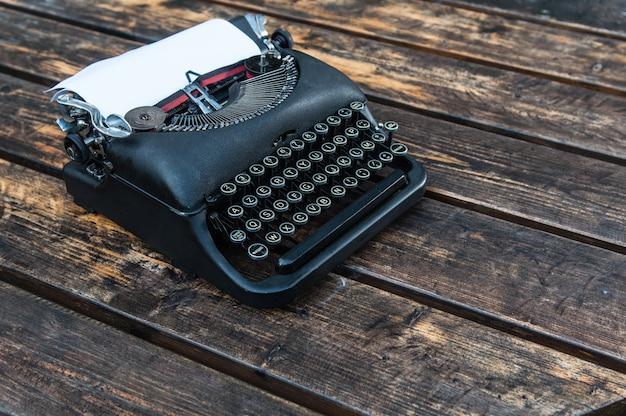 Antica macchina da scrivere vintage su un tavolo di legno