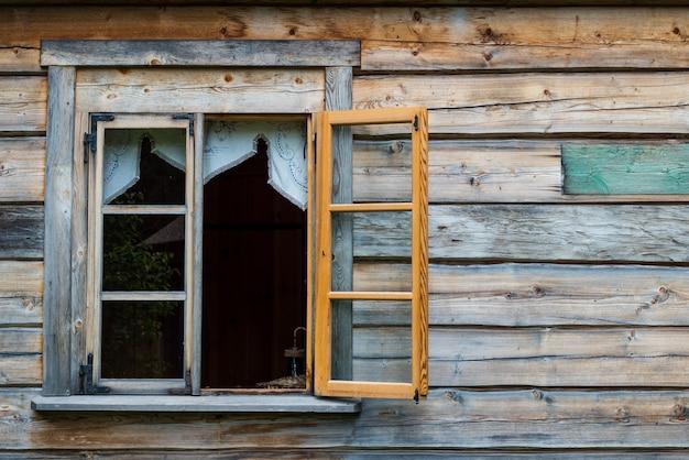 Antica parete in legno e finestra aperta