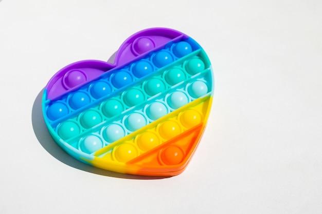 Antistress pop-it giocattolo arcobaleno agitarsi sensoriale isolato. nuovo giocattolo in silicone alla moda