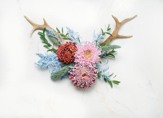 Corna decorate con fiori su marmo chiaro